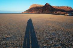 L'ombre d'un couple au coucher du soleil chez Qalansia échouent, aiment, lune de miel, île de Socotra, Yémen Photographie stock