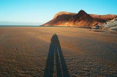 L'ombre d'un couple au coucher du soleil chez Qalansia échouent, aiment, lune de miel, île de Socotra, Yémen Image stock