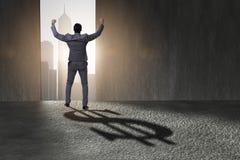 L'ombre de moulage de forme du dollar d'homme d'affaires dans le concept d'affaires Images libres de droits
