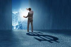 L'ombre de moulage de forme du dollar d'homme d'affaires dans le concept d'affaires Image libre de droits