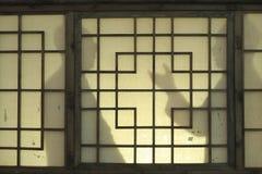L'ombre des personnes sur des fenêtres photos libres de droits