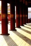 L'ombre du poteau en bois est rouge image libre de droits