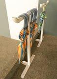 L'ombrello è immagazzinato su un'inferriata del ferro Fotografie Stock Libere da Diritti