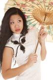 L'ombrello bianco del vestito dalla donna asiatica guarda su Fotografie Stock