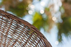 L'ombrello di spiaggia di Brown risparmia dal sole scottante fotografia stock