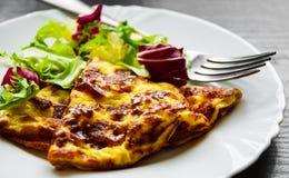 L'omelette con insalata mista fresca lascia in un piatto Fotografie Stock Libere da Diritti