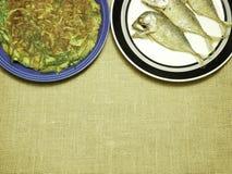 L'omelette del pollo con l'erba locale e lo sgombro tailandese ha fritto sul piatto Fotografie Stock
