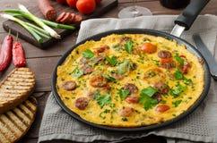 L'omelette des hommes avec le chorizo Photographie stock
