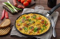 L'omelette des hommes avec le chorizo Photographie stock libre de droits