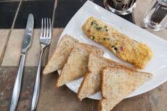 L'omelette ed il pane tostato dell'uovo Fotografia Stock