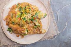 L'omelette est un plat fait à partir des oeufs battus rapidement sur le plat images stock