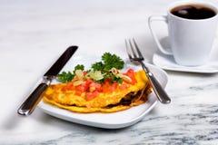 L'omelette fresca dell'uovo ha completato con le verdure ed il caffè per la prima colazione fotografie stock libere da diritti