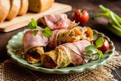 L'omelette rotola con bacon e le erbe immagine stock