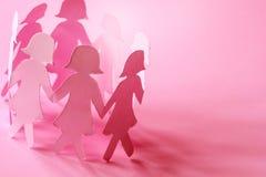 L'omino di carta rosa dolce della ragazza su fondo rosa per il ` delle donne Fotografie Stock Libere da Diritti