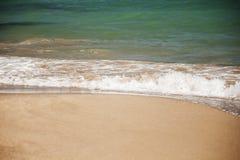 L'onda bianca del mare azzurrato è lavata dalla spiaggia sabbiosa, spase della copia immagini stock