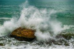 L'onda che schianta la pietra fotografia stock