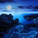 L'onda del mare calmo tocca i massi alla notte Fotografia Stock Libera da Diritti