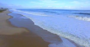 L'onda del mare Movimento della macchina fotografica sopra le onde video d archivio