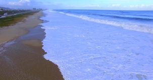 L'onda del mare Movimento della macchina fotografica sopra le onde Wave viene vicino alla riva archivi video
