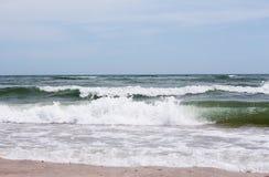 L'onda del mare sta correndo alla riva Fotografia Stock