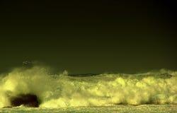 L'onda enorme sta colpendo la pietra Fotografie Stock Libere da Diritti
