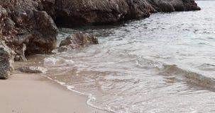 L'onda funziona sulla spiaggia Schiuma di Bela sull'acqua di mare blu Oceano salato in tana soleggiata calda Posto calmo per la v archivi video