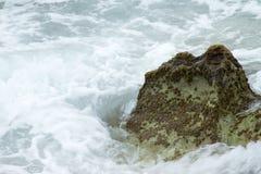 L'onda ha scopato la roccia Immagini Stock Libere da Diritti