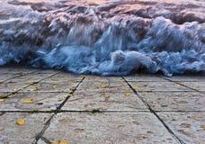 L'onda imminente sulla passeggiata pedonale fotografie stock libere da diritti