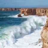 L'onde énorme marine va à terre. photographie stock