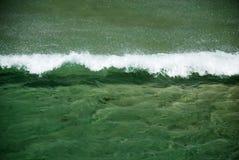 L'onde de mer surmonte le vent contraire image libre de droits