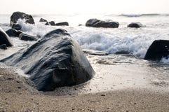 L'onde et la pierre photo stock