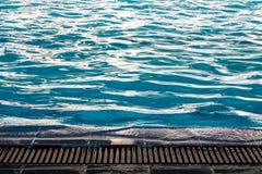 L'ondulation sur la surface de l'eau dans la piscine photo libre de droits