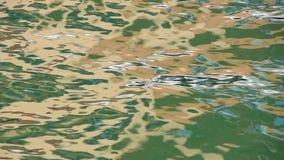 L'ondulation verte de l'eau ondule le fonctionnement sur la surface de mer banque de vidéos