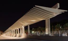 L'ONU de Muelle la nuit. Malaga Image stock