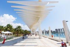 L'ONU de Muelle de passage couvert, vague de fonctionnement de parasol, parc de paume, les gens marchent, Malaga Photo libre de droits