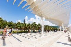 L'ONU de Muelle de passage couvert, vague de fonctionnement de parasol, parc de paume, les gens marchent, Malaga Image libre de droits