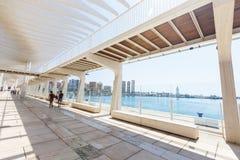 L'ONU de Muelle de passage couvert, vague de fonctionnement de parasol, parc de paume, les gens marchent, Malaga Photos libres de droits