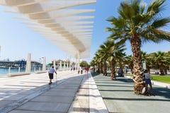 L'ONU de Muelle de passage couvert, vague de fonctionnement de parasol, parc de paume, les gens marchent, Malaga Image stock