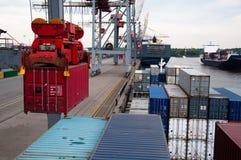 L'ONU) de navire porte-conteneurs (étant chargé Image stock