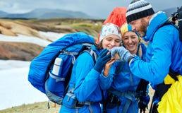 L'ONU de randonneurs de couples les montagnes d'Islandic Photos stock