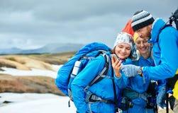 L'ONU de randonneurs de couples les montagnes d'Islandic Photographie stock libre de droits