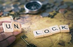 L'ONU ferme à clef le texte sur la carte du monde de vintage avec la boussole et les pièces de monnaie Photos libres de droits