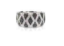 L'onyx noir et blanc de diamant pavent la bande d'anneau de mode de mariage Photos libres de droits