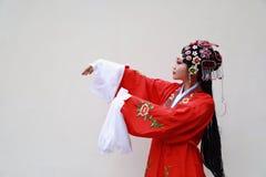L'opéra chinois de Pékin Pékin de femme d'Aisa costume le plan rapproché antique de rôle de la Chine de jardin de fond blanc trad images libres de droits