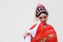 L'opéra chinois de Pékin Pékin de femme d'Aisa costume le plan rapproché antique de rôle de la Chine de jardin de fond blanc trad images stock