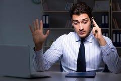 L'opérateur de centre d'appels parlant au client pendant le poste de nuit photographie stock