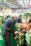 l'opérateur de Fraiser-machine travaille à la machine Photo stock