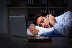 L'opérateur fatigué et épuisé de helpdesk pendant le poste de nuit photographie stock libre de droits