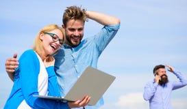 L'opérateur mobile donne la bonne connexion internet Appréciez l'appel Les couples apprécient l'appel visuel avec la connexion in photographie stock