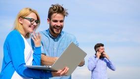 L'opérateur mobile donne la bonne connexion internet Couverture de réseau Appréciez l'appel Les couples apprécient l'appel visuel photographie stock libre de droits